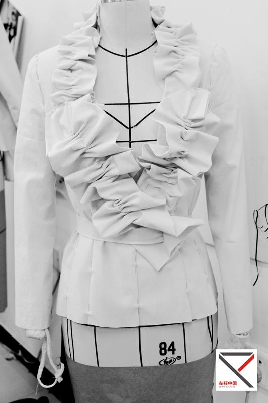 北京服装学院优秀硕士毕业生,师从于中国著名立裁专家刘娟教授,现就职于北京某服装高校服装设计专业教师。多年来致力于研究创意女装造型系列纸样设计方法,多有建树,发表若干服装专业性论文与创意立裁作品。2011年创办服装定制工作室,服务于多家知名服装公司提供设计、制版支持,同时任教于北京服装学院和北京市电子科技职业学院,讲授立体裁剪、平面纸样的课程。